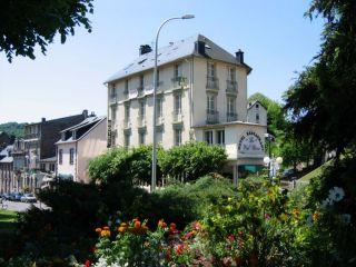 facade-hotel-avec-fleurs-136